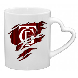 Taza con asa en forma de corazón y el logo GTF